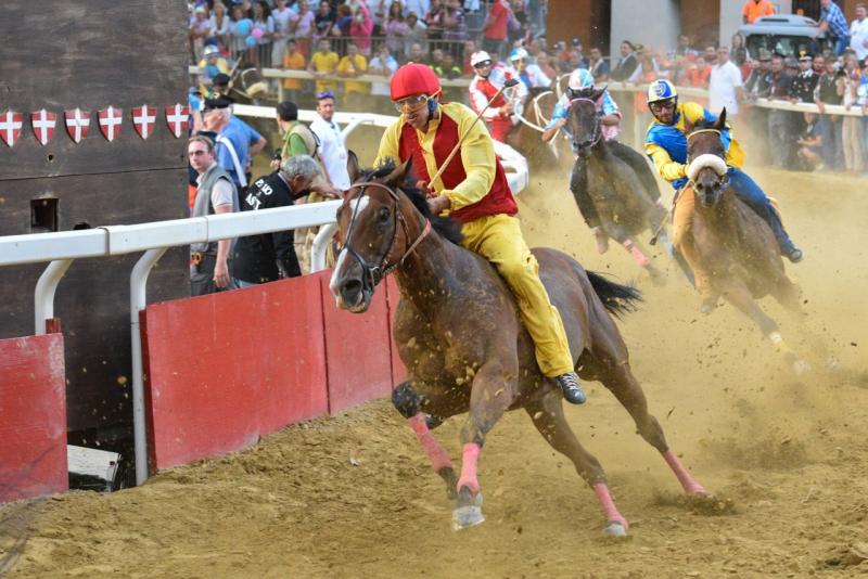 CavalloCattedraleCorsaperlaVittoria_Asti_Palio2016_ComuneNizza_Finale-159